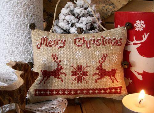merry christmas kussen kerst littlestitcher - 25 moderne borduurpatronen voor kerst 2021 (+ gratis patronen!)